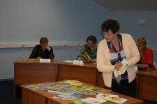 Коллеги знакомятся с библиотечным фондом Тверского облизбиркома.