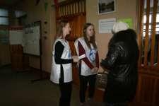 Волонтеры в г. Твери (избирательные участки в школе № 35)