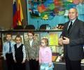 Глава города Вдадимир Бабичев награждает самых маленьких, но очень активных участников.